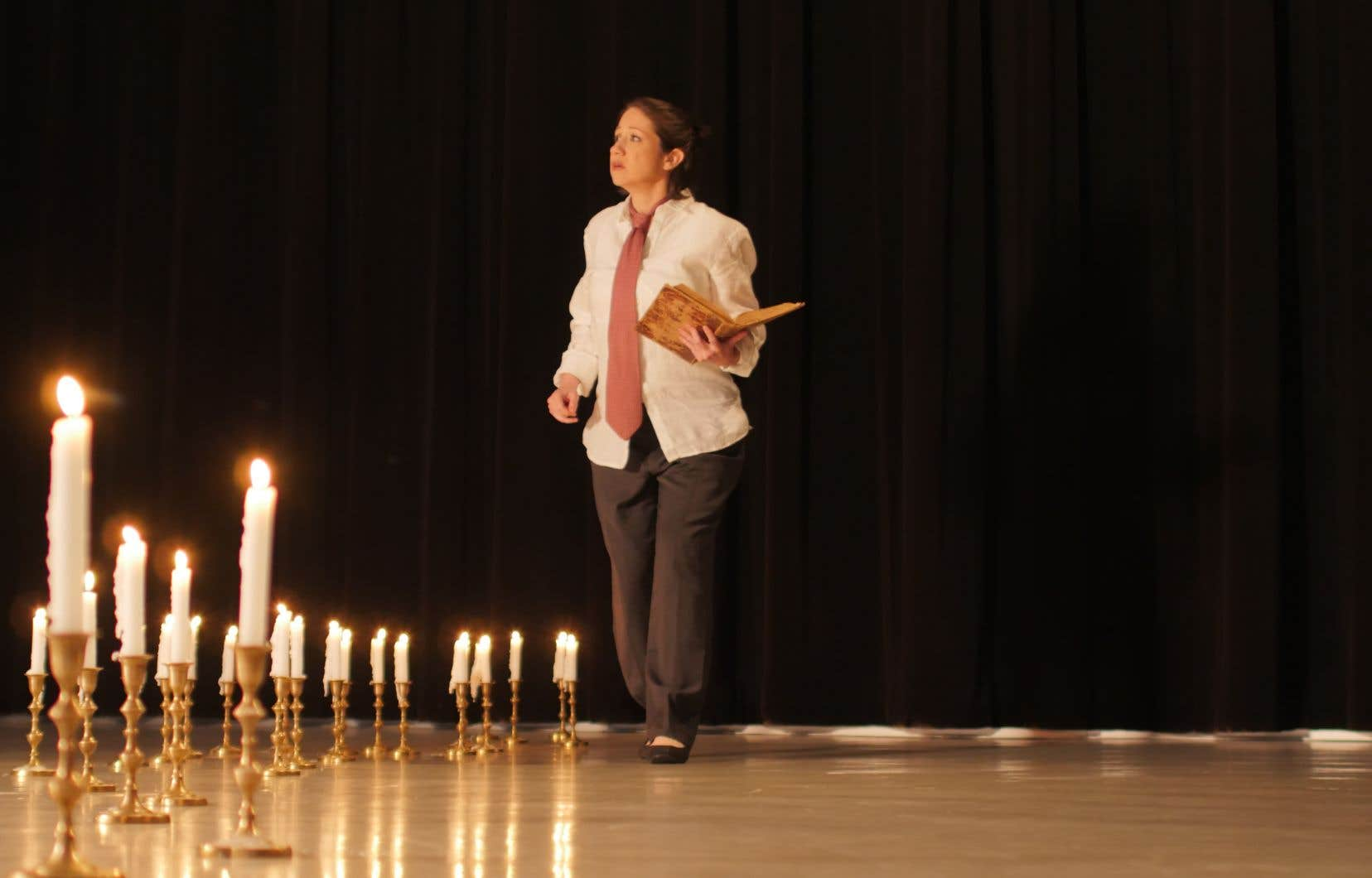 C'est sur le conte final du Roi de Perse que l'excellente et très investie Ghislaine Deschambault éteint une à une les 25 bougies du sobre décor.