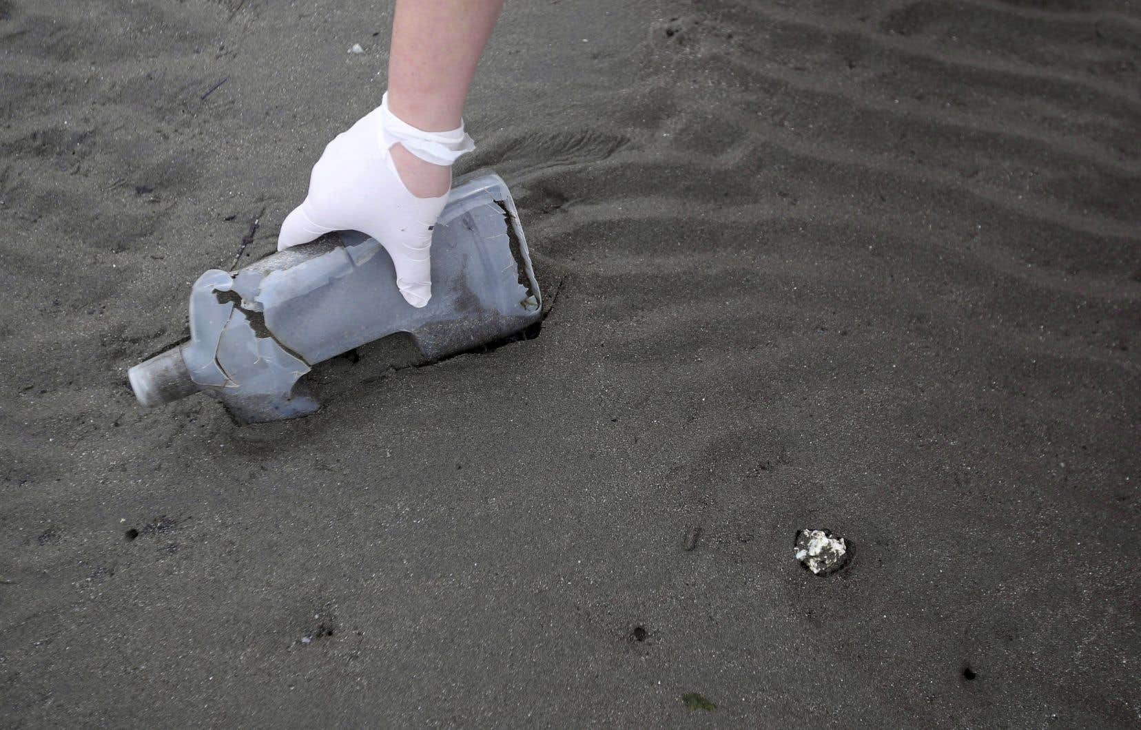 Diverses études laissent croire que de 6 à 10millions de tonnes de déchets de plastique aboutissent dans les océans chaque année.
