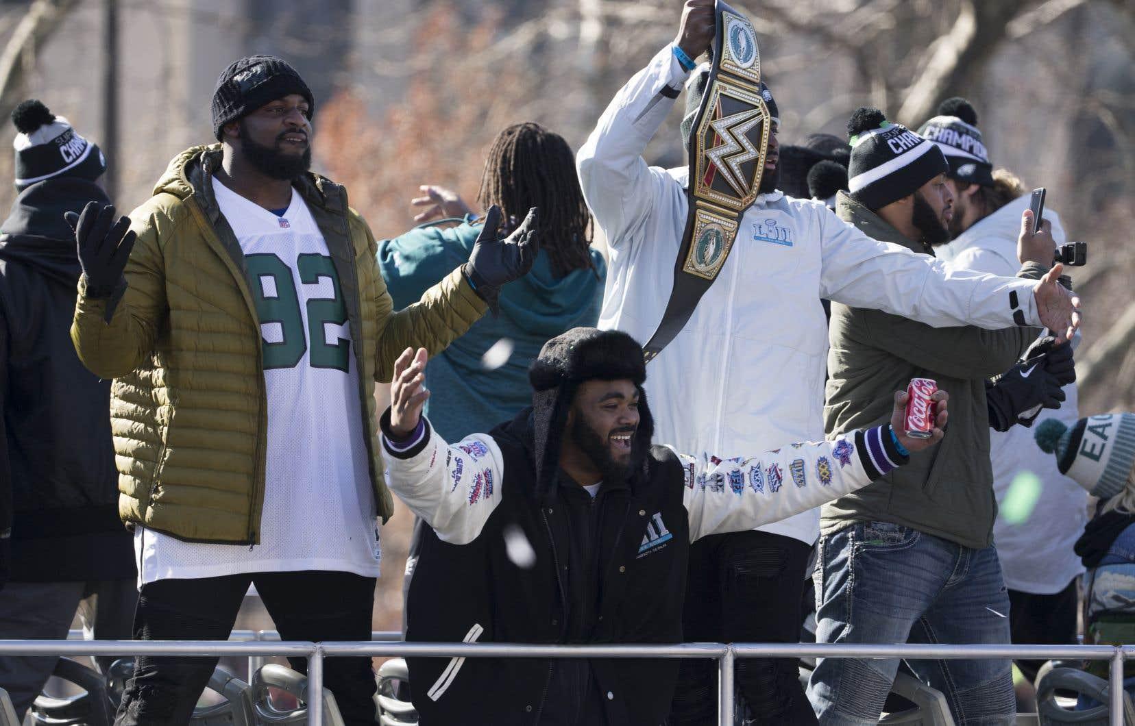 Des joueurs des Eagles de Philadelphie célèbrent avec leurs partisans lors du défilé des champions du Super Bowl, en février dernier.