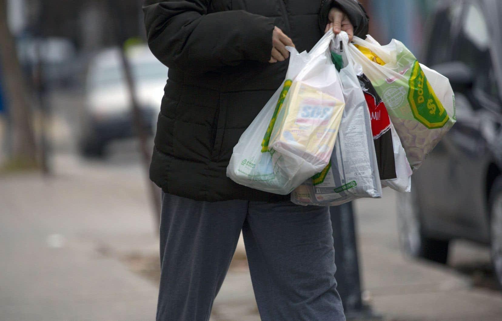 À compter du 6juin, les commerçants montréalais qui distribueront des sacs en plastique de moins de 50 microns d'épaisseur pourront recevoir une amende.