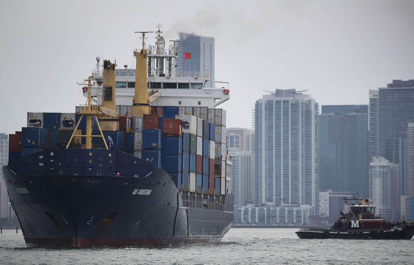 Un porte-conteneurs quitte le port de Miami, en avril dernier.