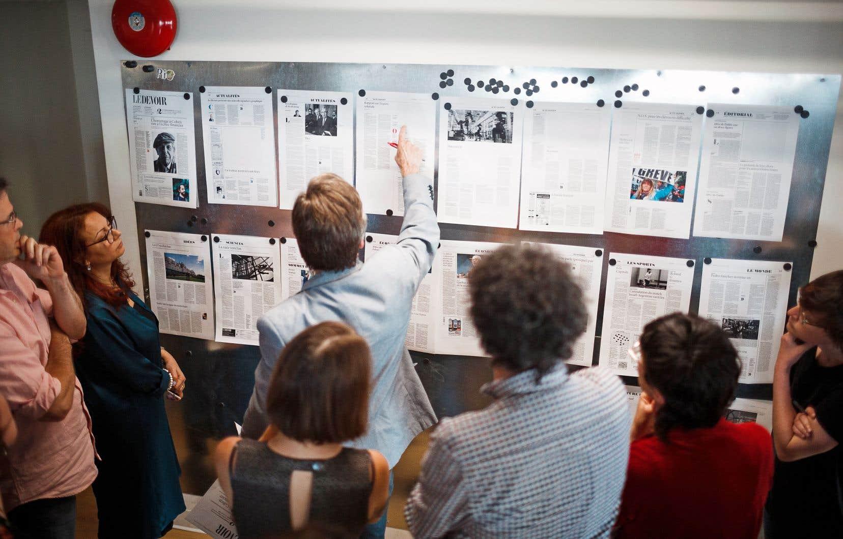 17 h 30. Réunion de production réunissant l'équipe de direction et les pupitreurs du «Devoir», l'occasion de poser un regard critique sur les pages en production de l'édition du lendemain.