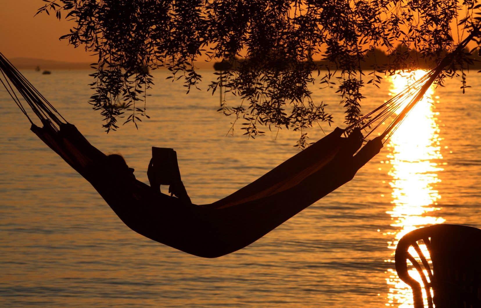 Dans un hamac: l'une des bonnes façons de profiter de la lecture estivale