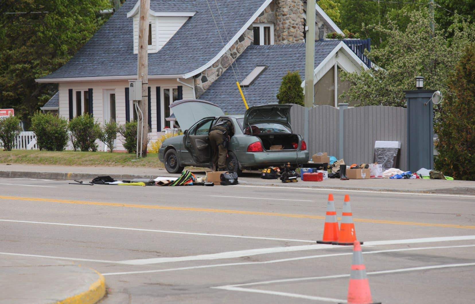 Aux environs de 16h, les policiers ont établi un périmètre de sécurité autour de la fouille d'une voiture.