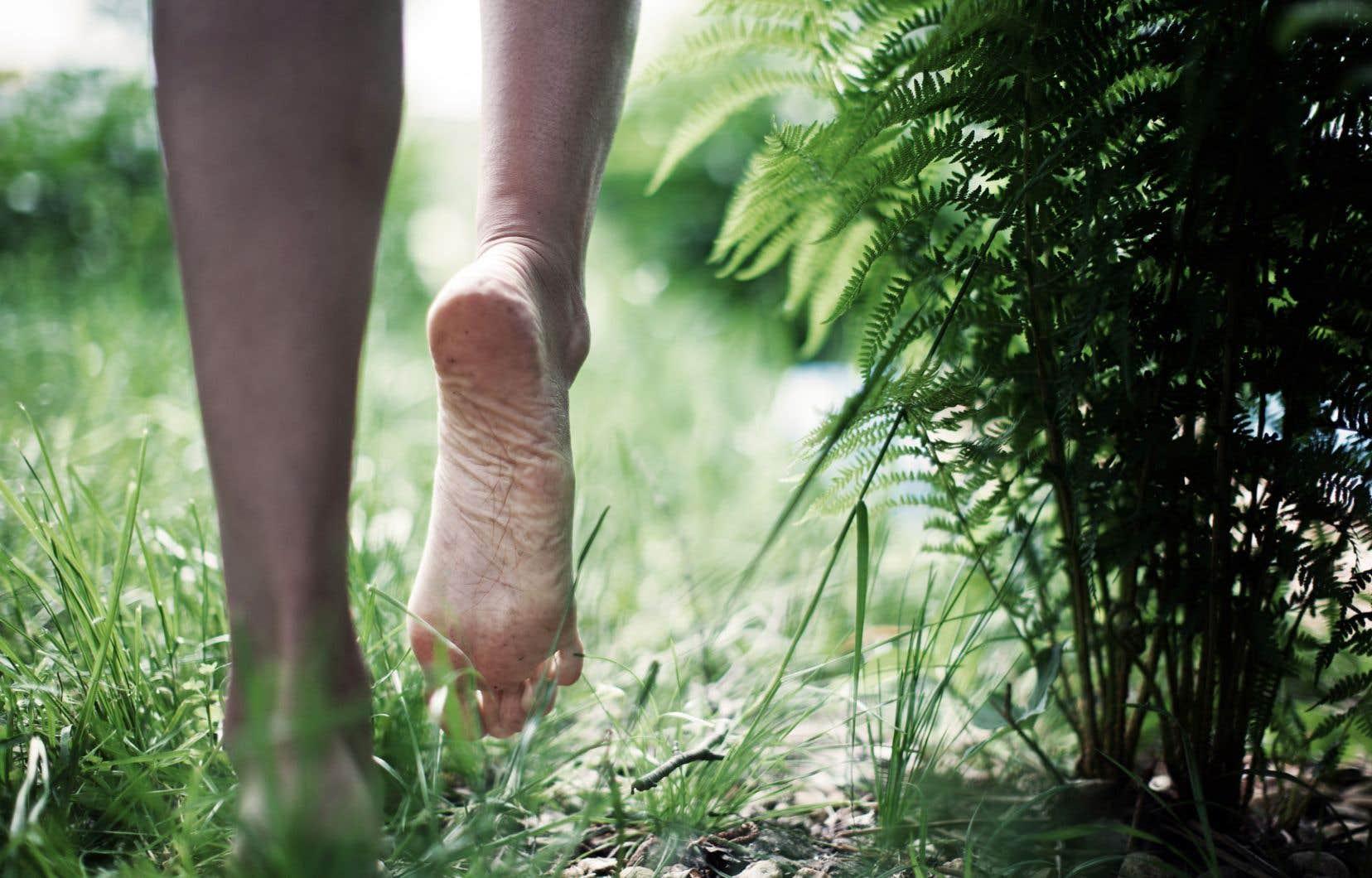 La pratique du «earthing» ou du «grounding», connue en français sous les noms d'«enracinement» ou d'«ancrage», consiste essentiellement à marcher pieds nus afin de bénéficier des courants électriques parcourant la surface du globe.