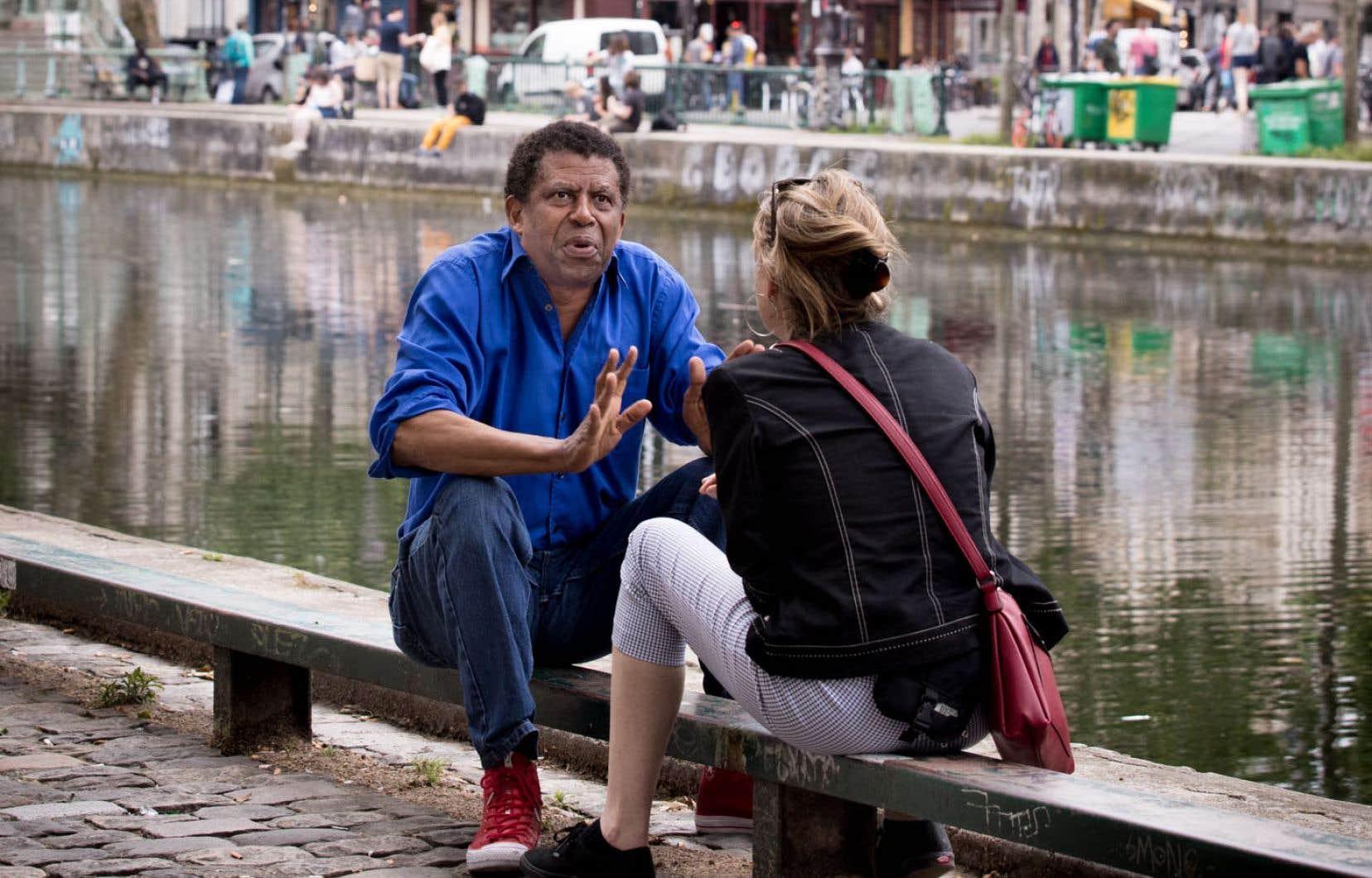 «Rien n'est plus excitant qu'une nouvelle ville, un roman infini.» Dany Laferrière, nomade dans son milieu naturel, au canal Saint-Martin dans le 10e arrondissement parisien.