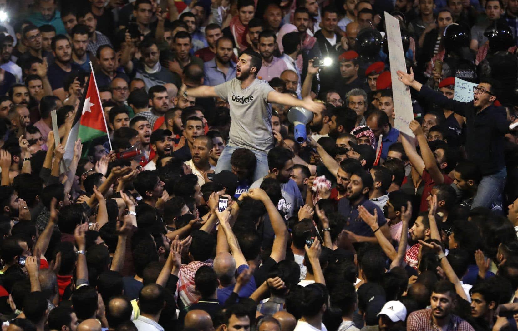Des Jordaniens manifestent à Amman près du bureau du premier ministre.