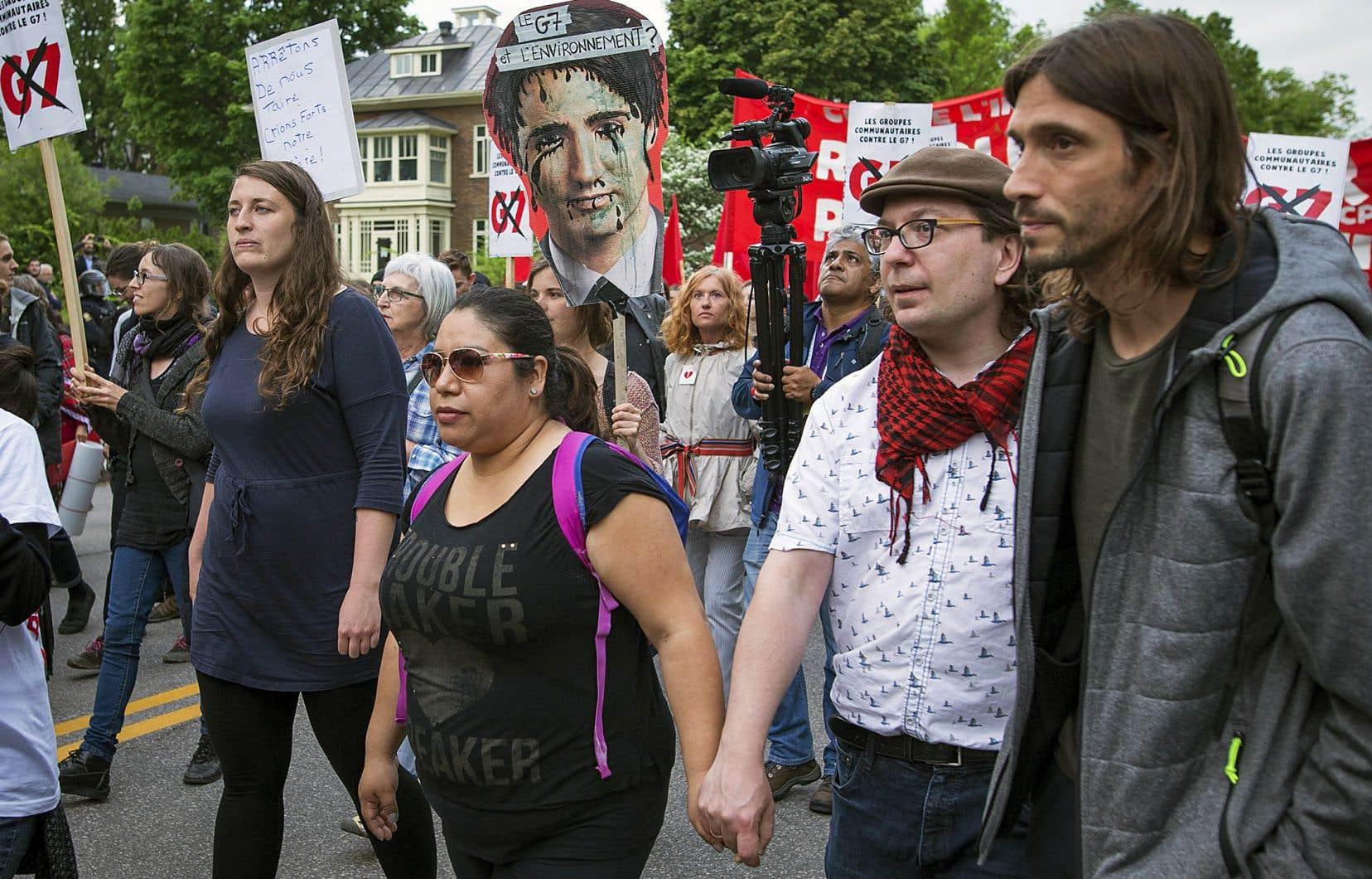 Une première manifestation a réuni entre 500 et 1000 personnes à Québec, jeudi soir.