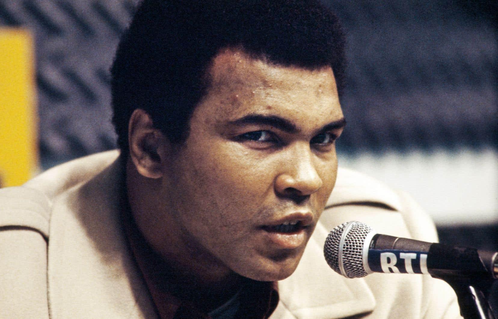 <p>Muhammad Alia refusé de joindre les rangs de l'armée pour la guerre du Vietnam, en se décrivant comme un objecteur de conscience. Il a été reconnu coupable d'insoumission.</p>