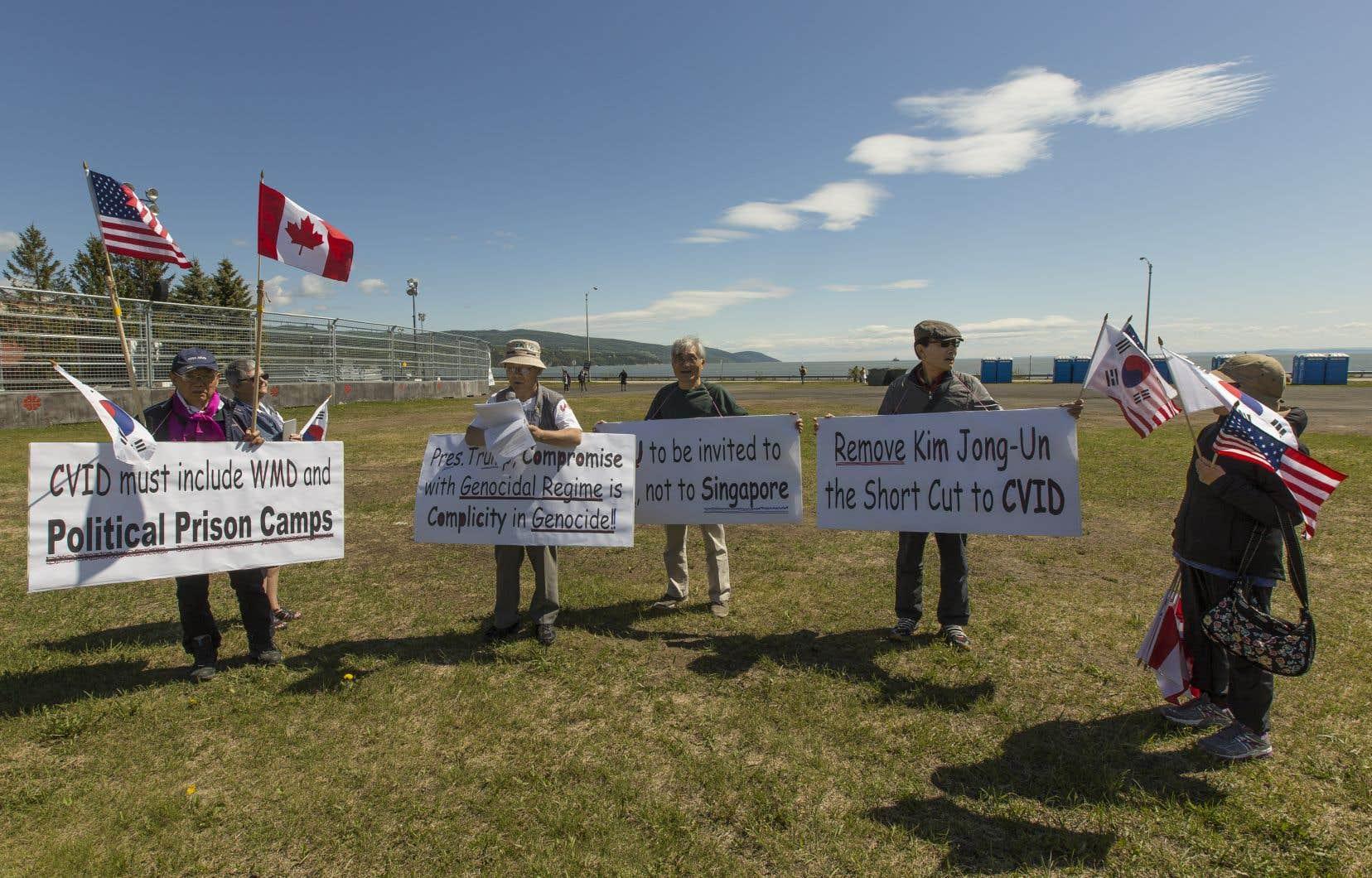 Six manifestants de Toronto sont venus dénoncer les atteintes aux droits de la personne en Corée du Nord.