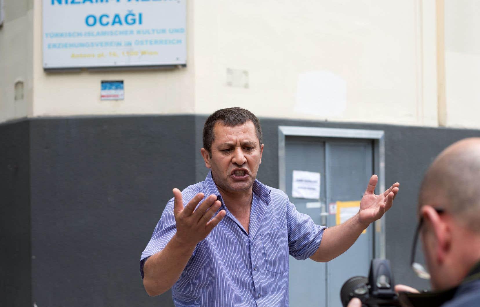 Un membre de la communauté turque était en colère vendredi à Vienne devant la mosquée Nizam-i Alem fermée par l'État.