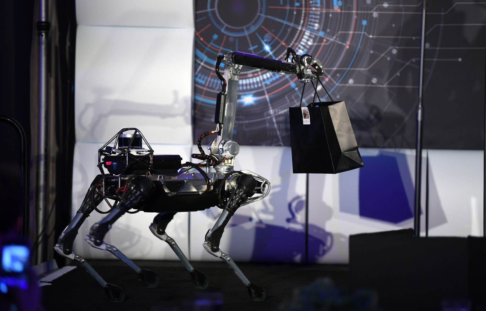 Cet aperçu d'un avenir qui serait bientôt peuplé de robots rapides, forts et parfois intimidants soulève plusieurs questions.