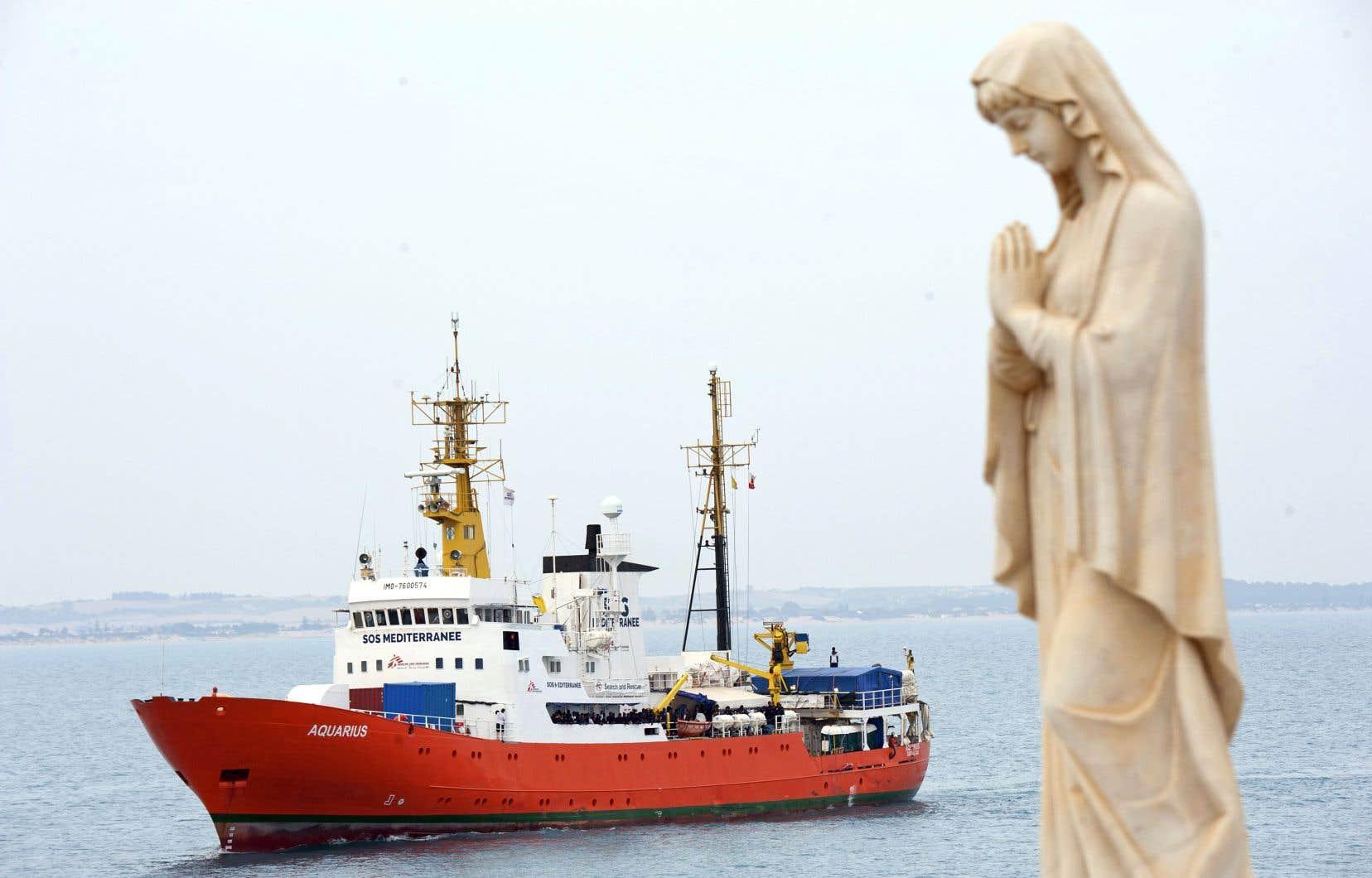 L'embarcation vue depuis le port de Pozzallo, dans le sud de l'Italie