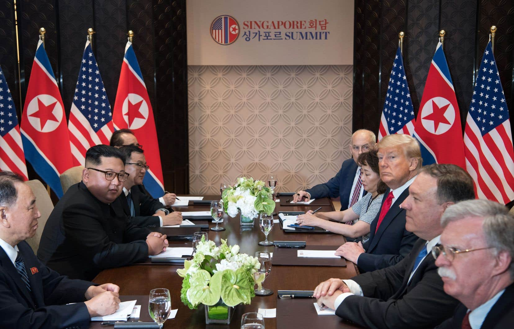 Le président américain, Donald Trump et le dirigeant nord-coréen, Kim Jong-un, s'entretiennent avec leurs délégations respectives à l'hôtel Capella sur l'île de Sentosa, à Singapour, mardi.