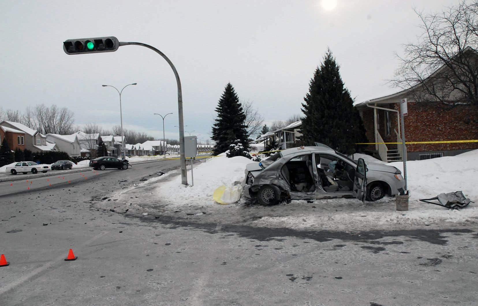 La scène de la collision qui a coûté la vie à un enfant de 5 ans le 13 février 2014. La voiture noire à gauche est celle du policier Patrick Ouellet. La grise est celle où l'enfantprenait place.