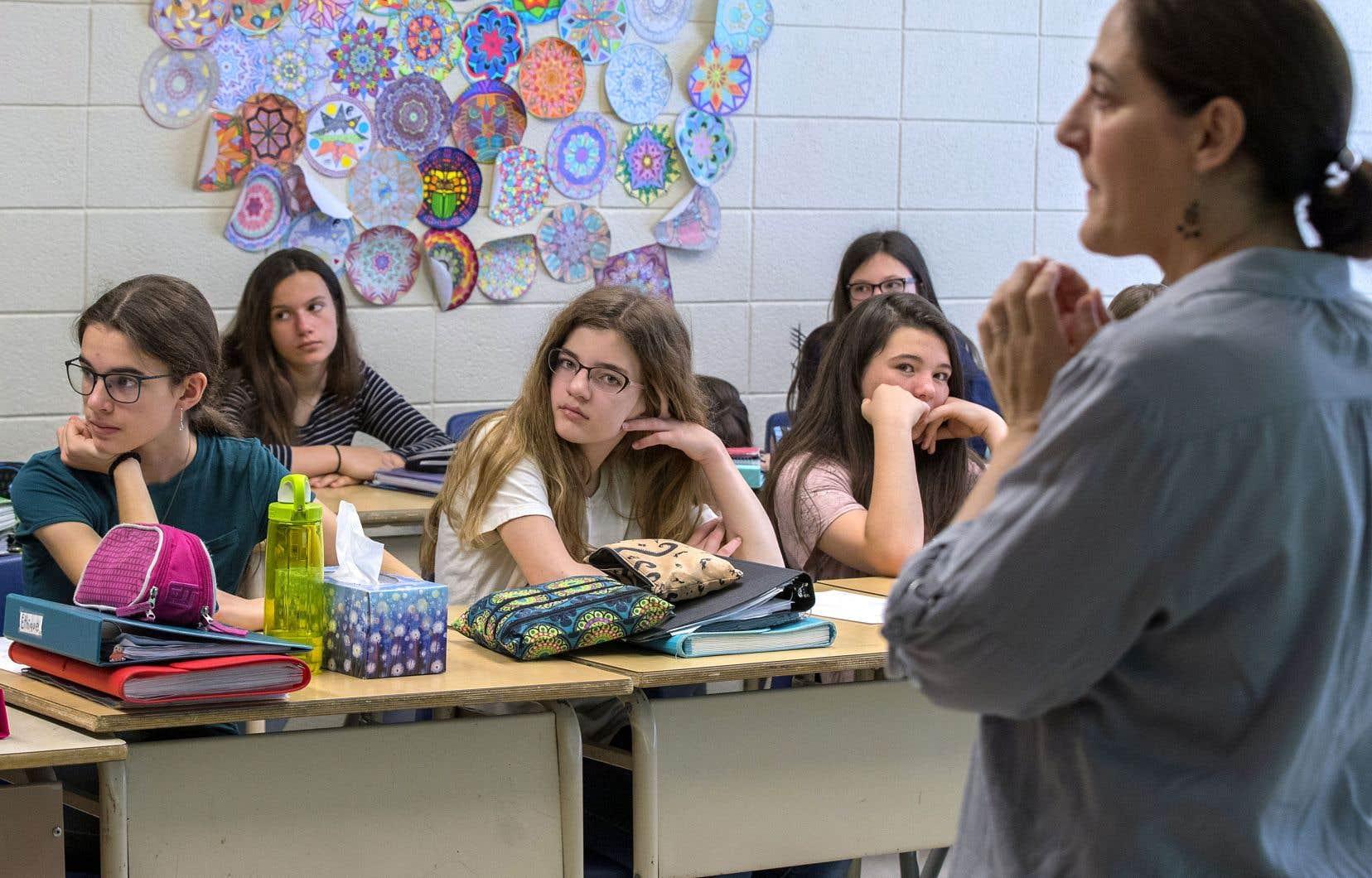 Julie Mayer, intervenante pour la Fondation Jean Lapointe, fait de la prévention auprès des jeunes.
