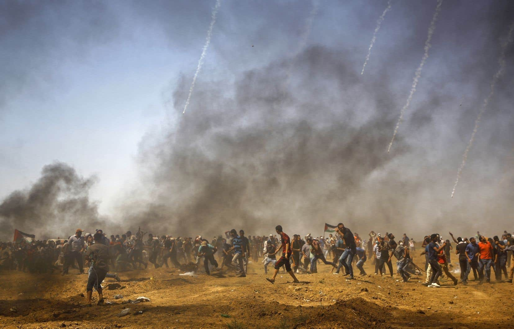 Des Palestiniens se promènent parmi les gaz lacrymogènes lors d'une manifestation le long de la frontière avec Israël, le 8 juin dans le centre de la bande de Gaza.