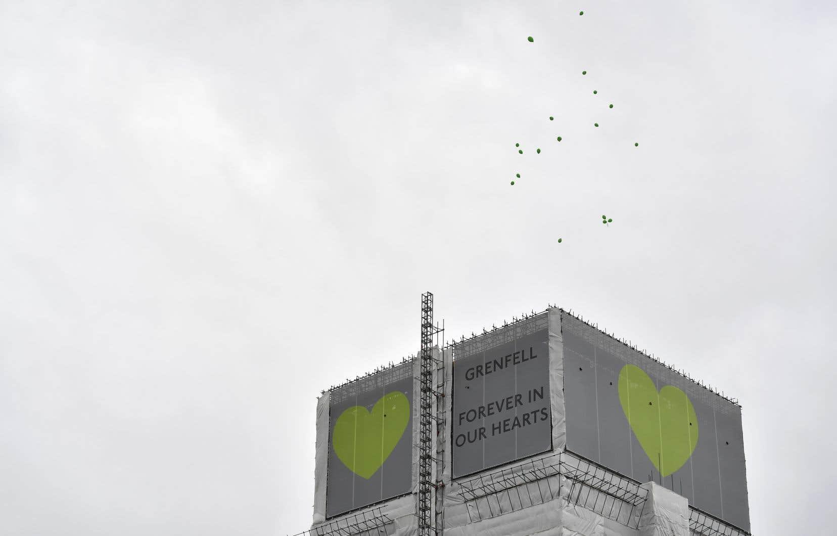 Après la cérémonie, un lâcher de colombes et une procession jusqu'à la tour étaient organisés.