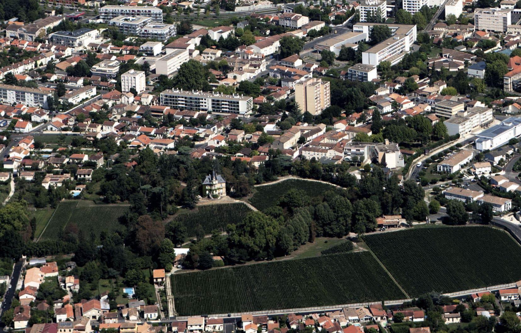 Le château Les Carmes Haut-Brion est cerné par l'étalement urbain bordelais.