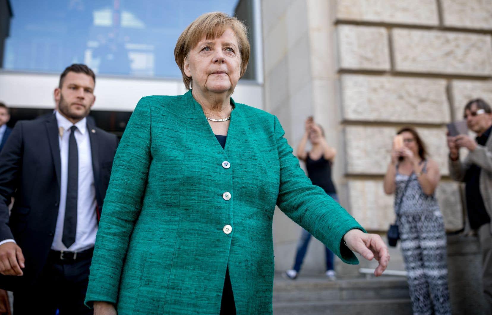 La CSU veut contraindre Angela Merkel, très critiquée depuis sa décision en 2015 d'ouvrir les portes du pays à plus d'un million de réfugiés, à durcir sa politique migratoire.