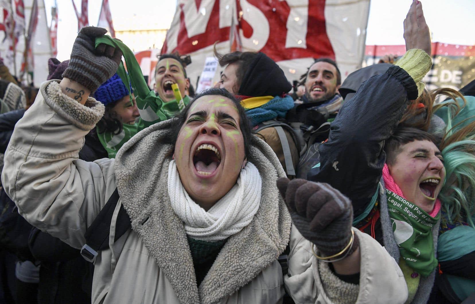 Cris de joie, étreintes, chants… Les personnes prolégalisation ont exprimé leur bonheur après l'annonce de la victoire du oui au référendum sur la légalisation de l'avortement.