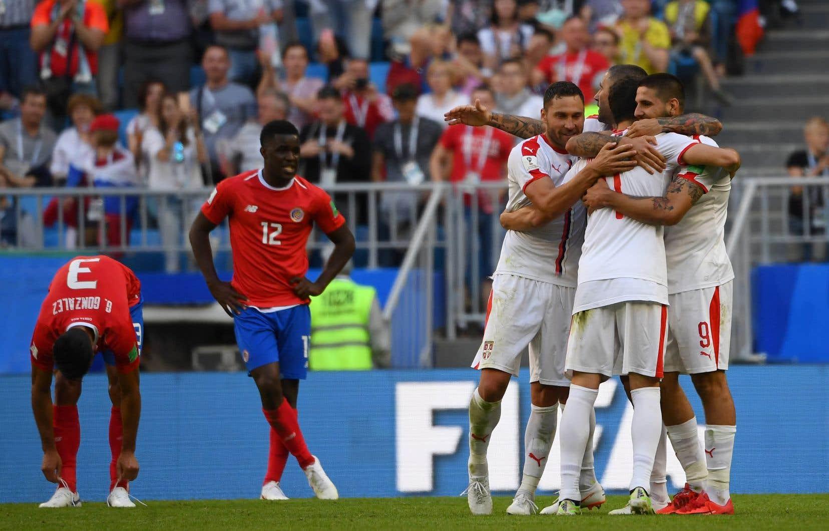 Les joueurs serbes célèbrent après avoir signé une victoire aux dépens du Costa Rica.