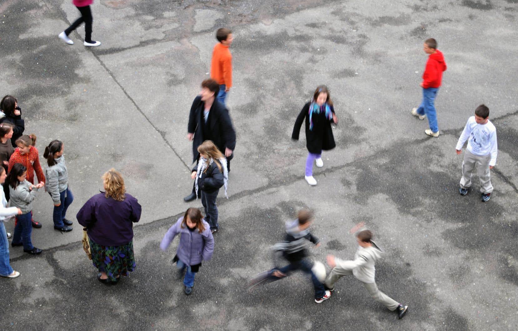 La violence entre enfants ne survient pas uniquement dans les classes et les corridors.