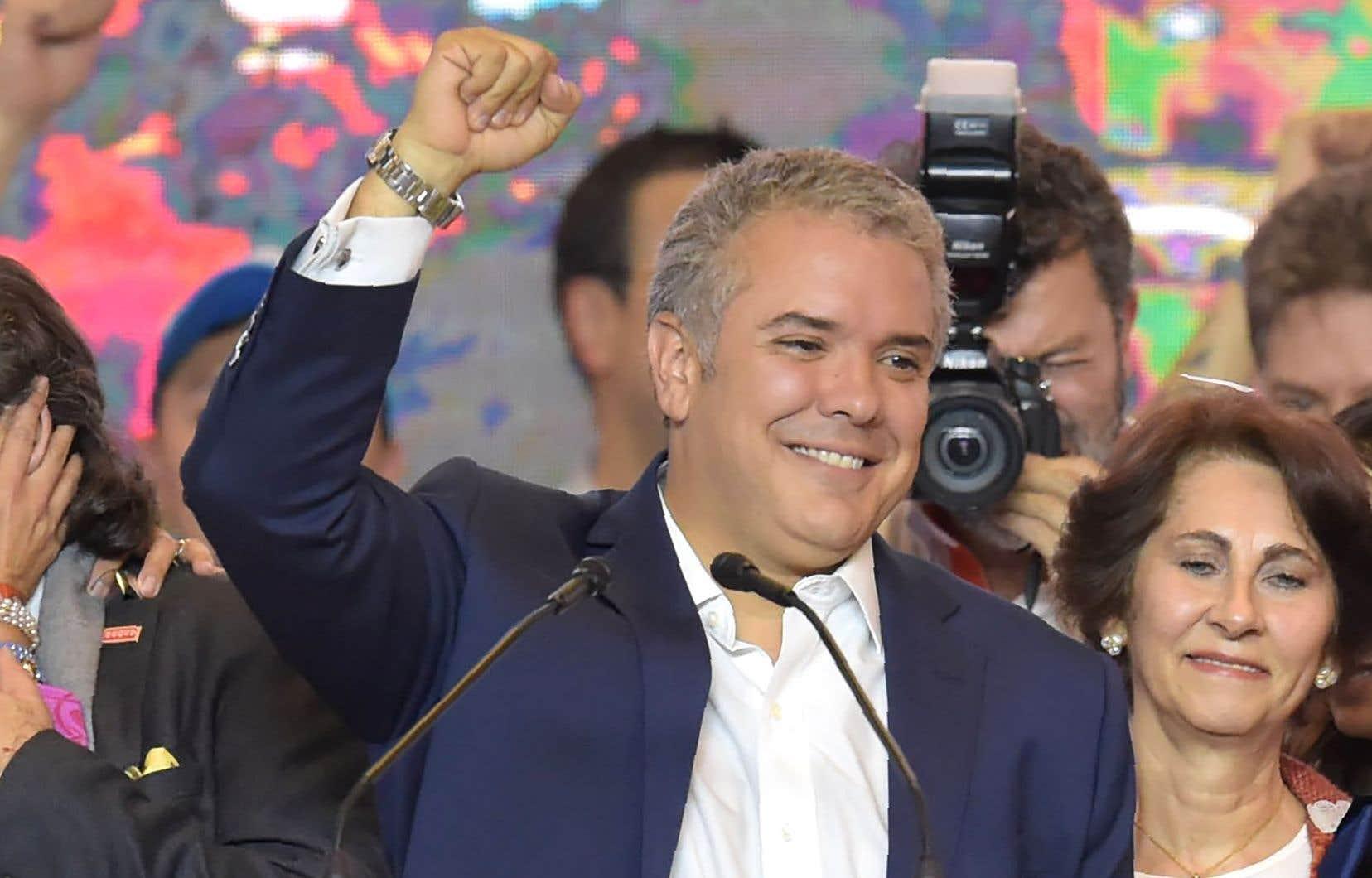 À 41ans, Ivan Duque, qui succède à Juan Manuel Santos, devient le plus jeune chef d'État élu en Colombie depuis 1872.