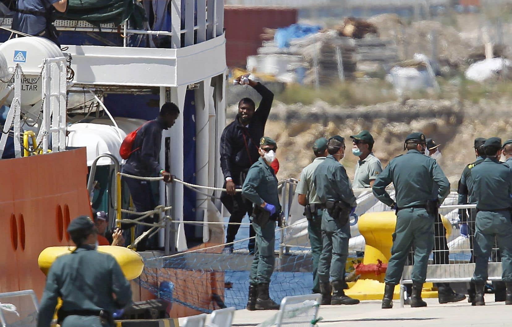 Après une semaine en mer, les personnes secourues par l'ONG SOS Méditerranée ont débarqué au port de Valence.
