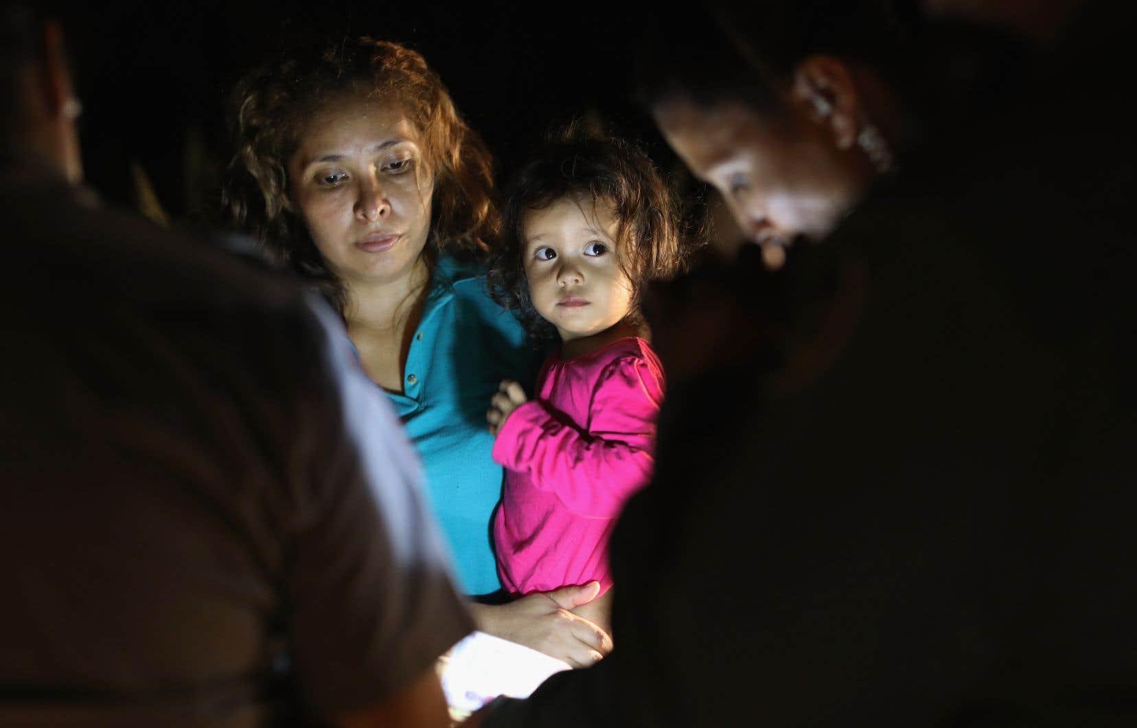 Chaque mois, plusieurs milliers de personnes tentent de pénétrer aux États-Unis par la frontière avec le Mexique, protégée par des clôtures et des obstacles naturels.