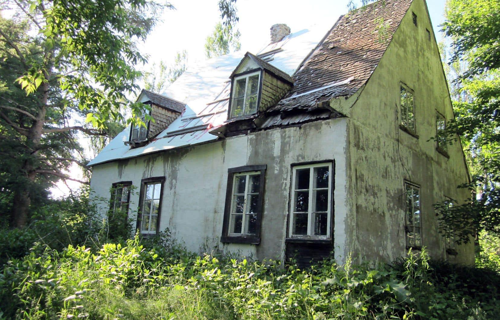 La maison Legendre, construite vers 1790, la plus vieille des environs, risque d'être prochainement démolie sous le pic de démolisseurs.