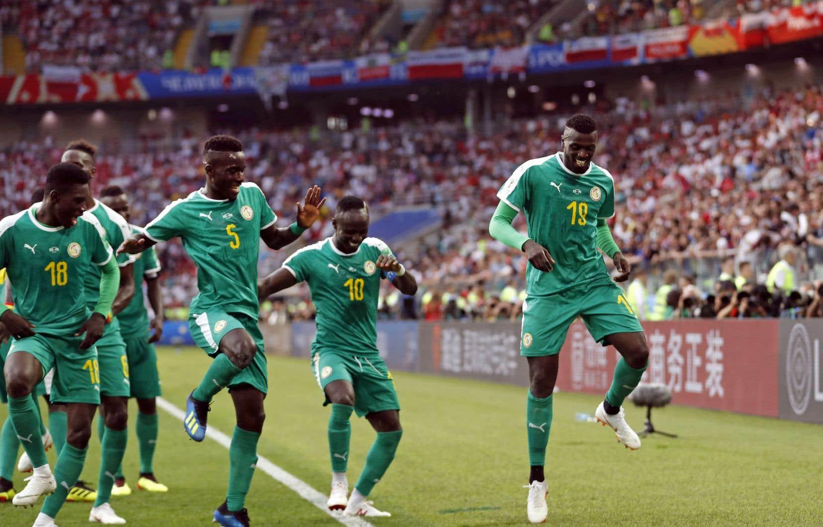 Mbaye Niang (à droite) célèbre en dansant avec ses coéquipiers, après avoir marqué le deuxième but des Sénégalais contre la Pologne.