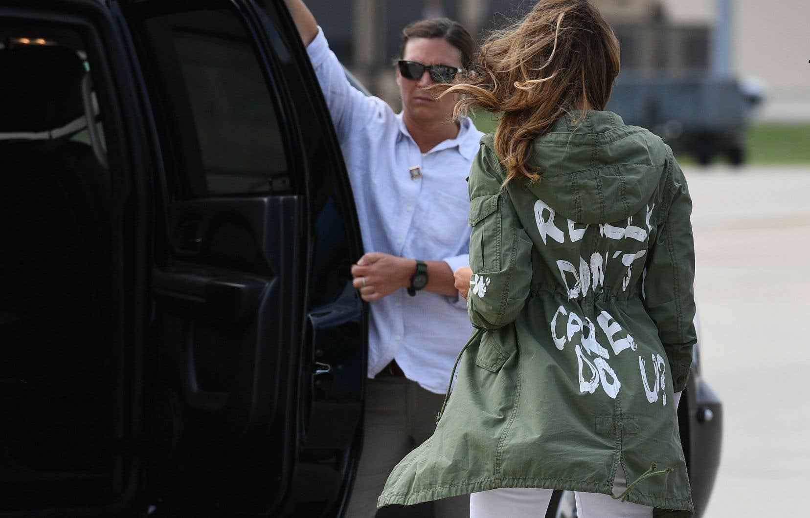 Malgré les bonnes intentions qu'avait Melania Trump, jeudi, c'est sa veste, qui arborait la phrase «I really don't care, do u?» («Je m'en fiche complètement. Et vous?»), qui a retenu toute l'attention. À l'atterrissage à McAllen au Texas, MmeTrump s'était changée et ne portait plus la veste kaki de style militaire.