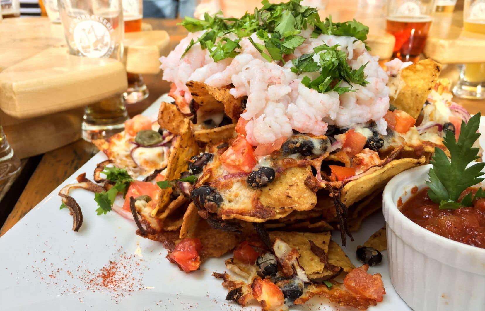 Un incontournable de la microbrasserie Le Naufrageur demeure la pinte de double blanche à la Tanaisie et les nachos recouverts de crevettes nordiques.