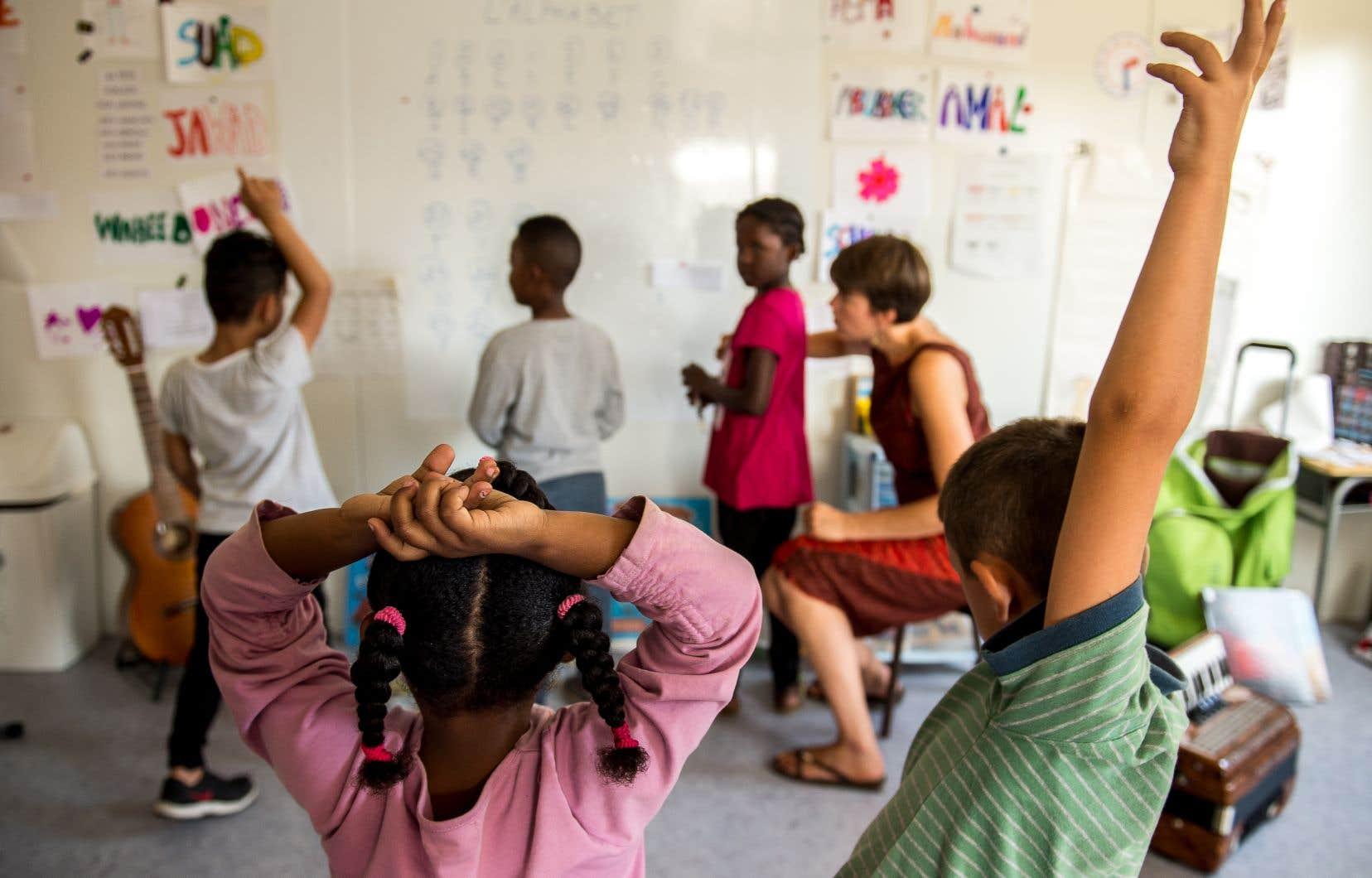 Les commissions scolaires ont le choix d'ouvrir des classes d'accueil ou d'intégrer les enfants en classe ordinaire avec un soutien ponctuel en francisation, à raison de quelques heures par semaine.
