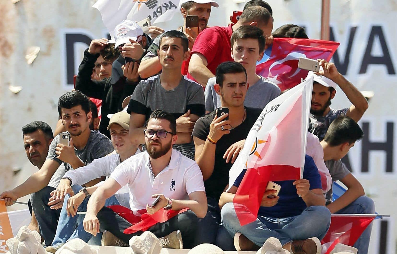 En cette période de campagne électorale, les membres du mouvement de jeunesse de la formation islamo-conservatrice (JAKP) sont partout.