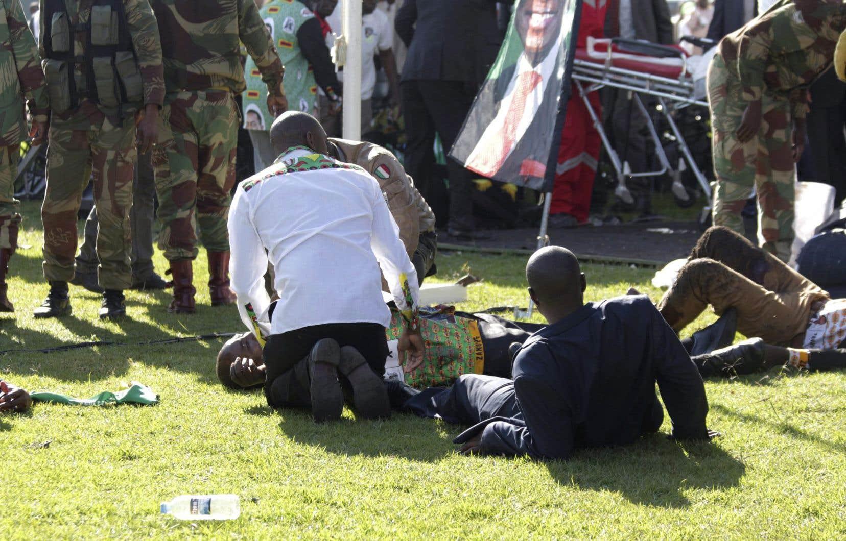 Des personnes blessées reçoivent des soins d'urgence à la suite de l'explosion survenue dans unstade de la ville de Bulawayo, samedi.