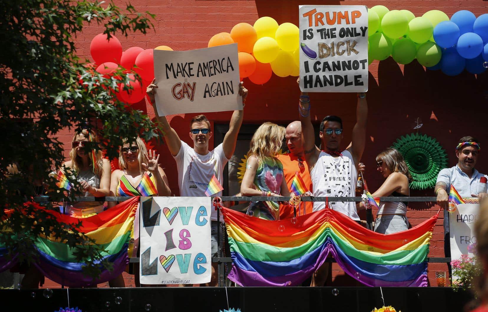 Pour la deuxième année consécutive, de nombreux marcheurs arboraient des banderoles et pancartes anti-Trump.