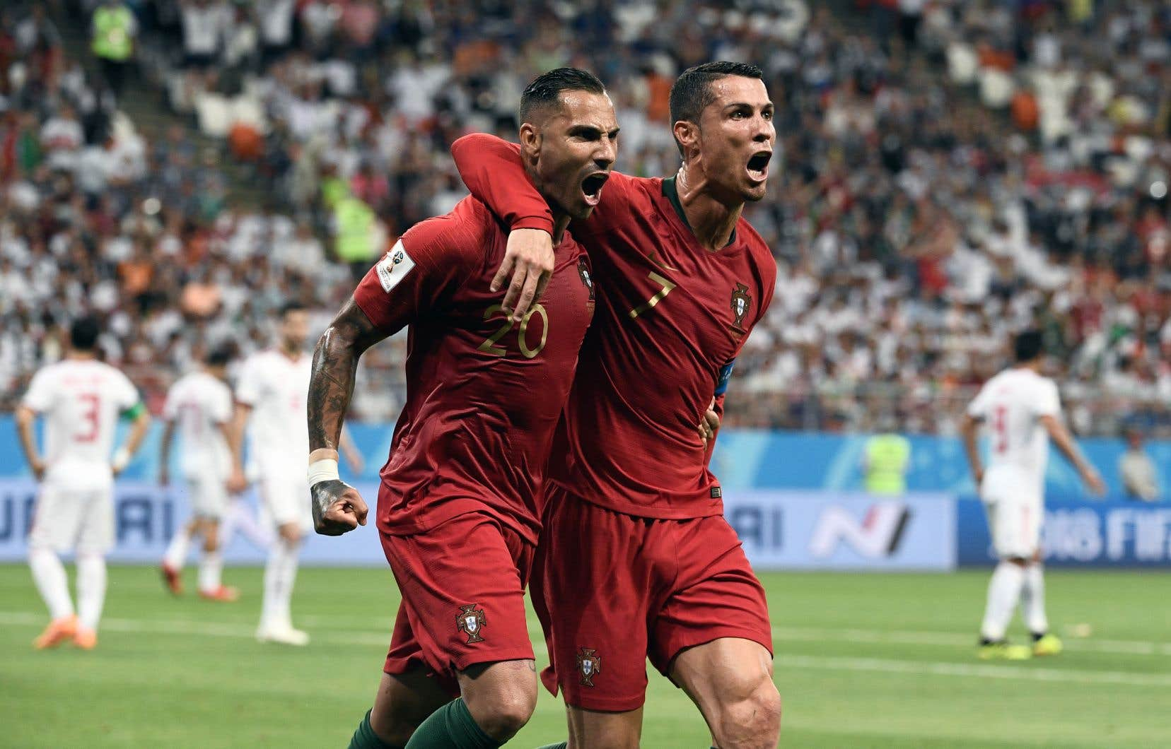Ricardo Quaresma fête son but contre l'Iran en compagnie de son coéquipier Cristiano Ronaldo.<br /> <br />