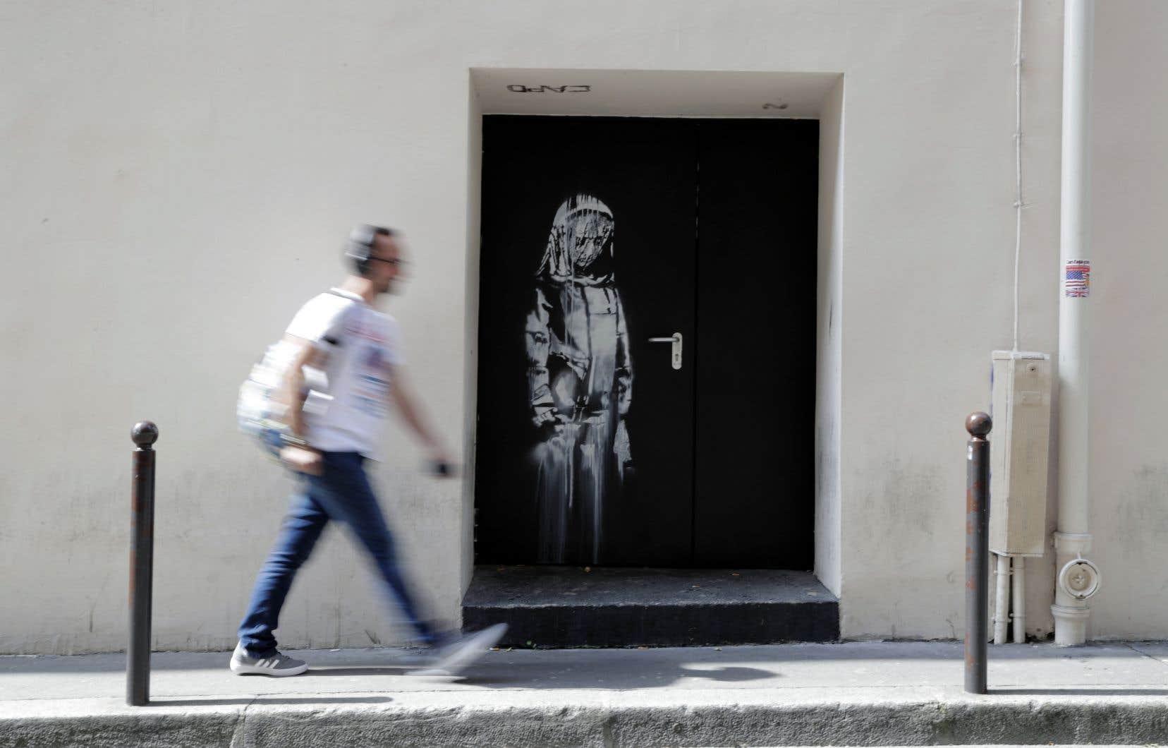 Une nouvelle œuvre d'art urbain de Banksy a récemment fait son apparition sur une porte arrière du Bataclan, à Paris.