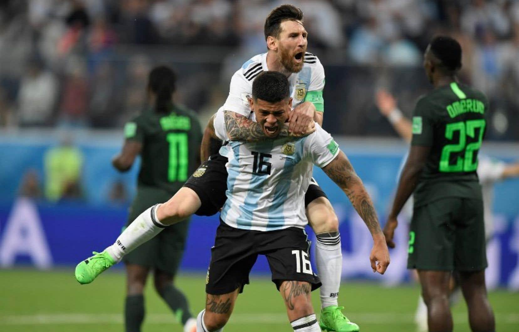 Marcos Rojo célèbre son but contre le Nigeria avec son coéquipier Lionel Messi.