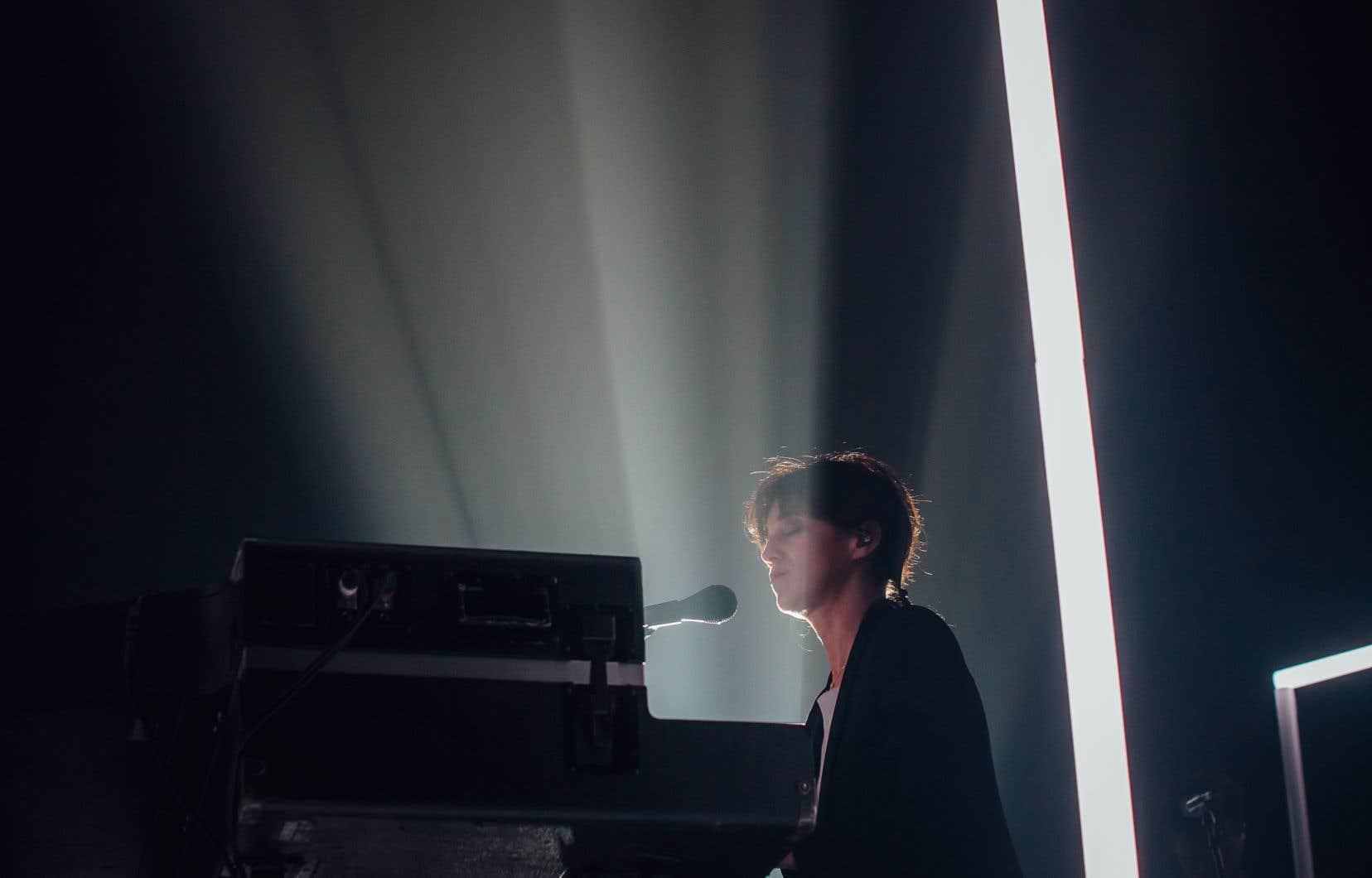 De grands carrés aux contours lumineux nous cachent Charlotte Gainsbourg, qui s'est produite au MTelus mardi soir.