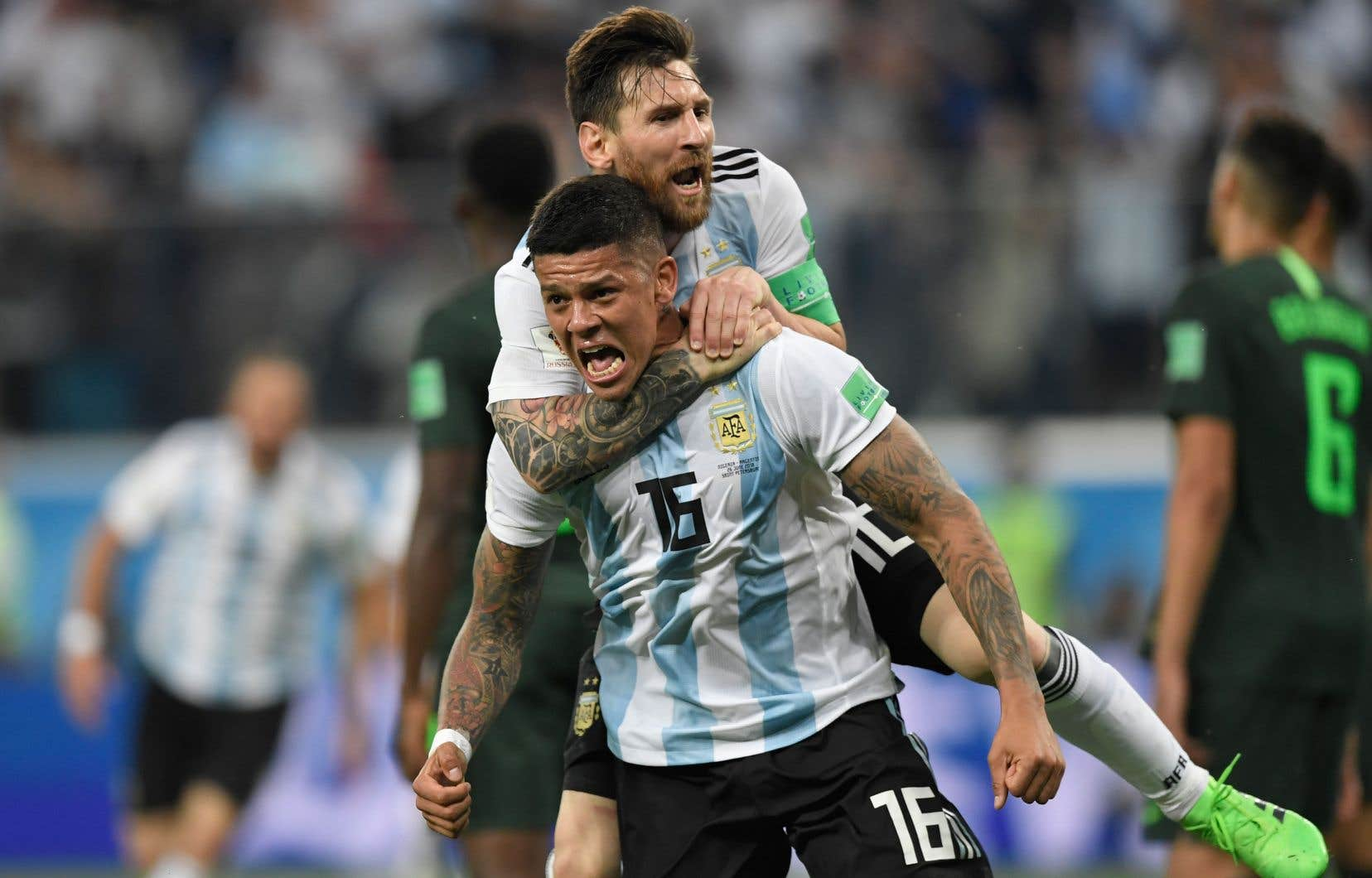 Lionel Messi a sauté sur le dos de son coéquipier, le défenseur Marcos Rojo, après que ce dernier a marqué le but vainqueur contre le Nigeria, mardi.
