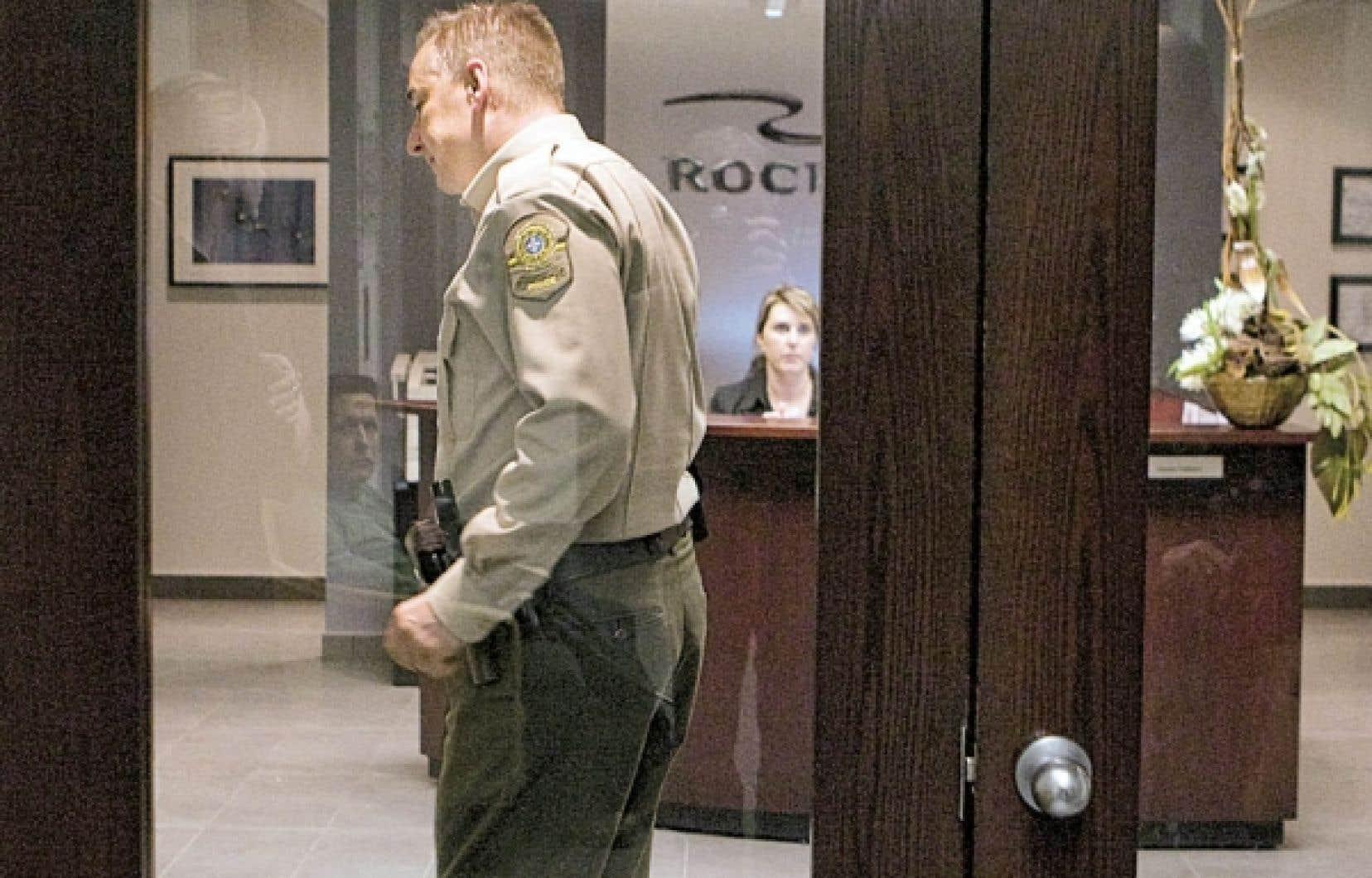La perquisition policière a eu lieu en même temps dans les locaux de Roche à Québec et Montréal, monopolisant plus d'une vingtaine d'agents dans chaque bureau.