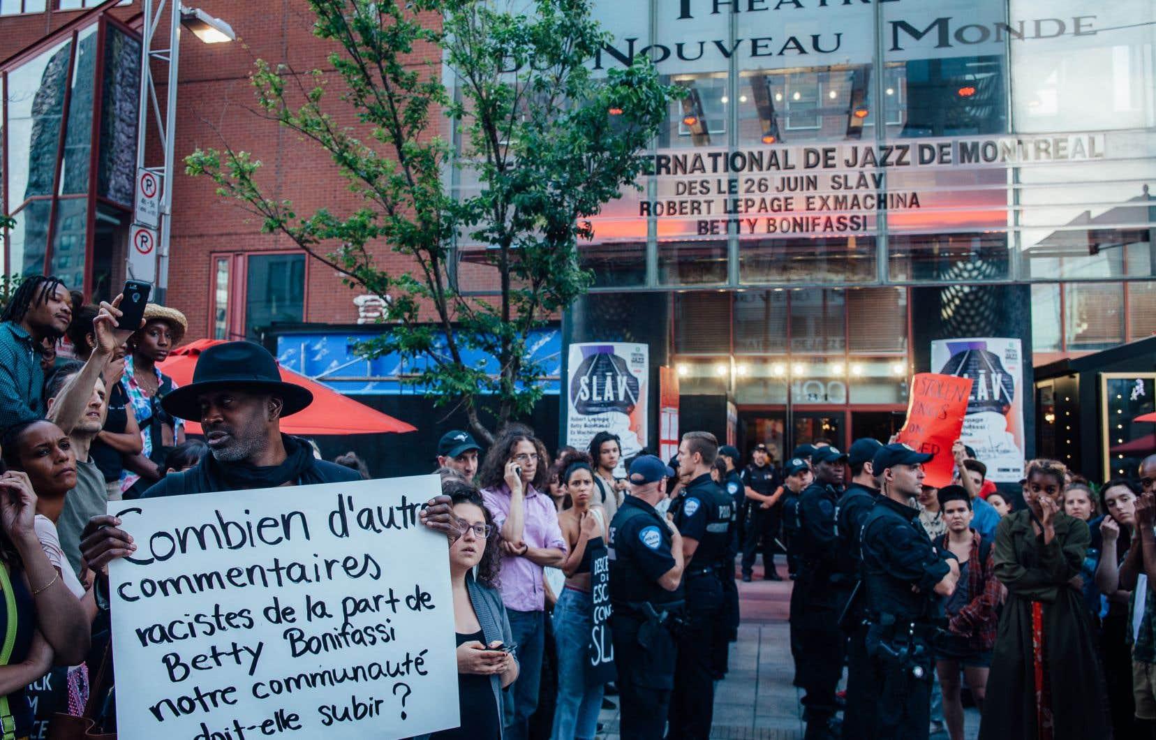 Les manifestants étaient massés sur la rue Sainte-Catherine, en face du théâtre.