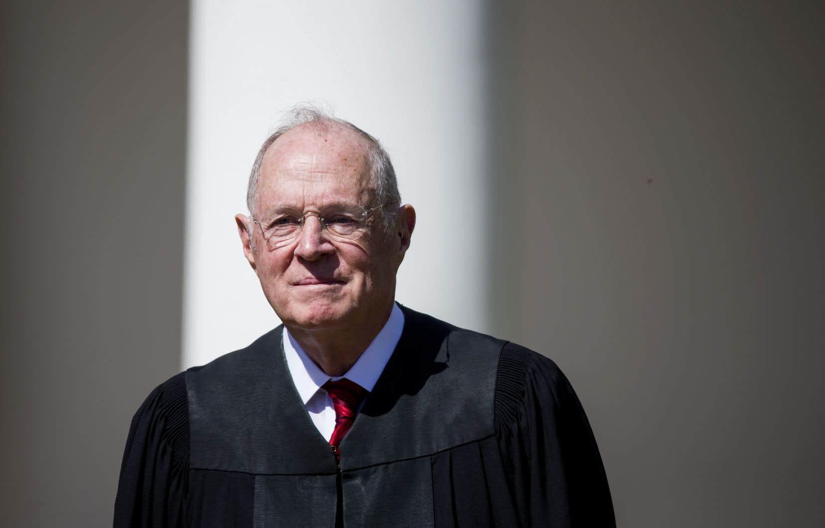 Le juge Anthony Kennedy, bien que qualifié de conservateur, ralliait les juges progressistes sur certains sujets sociétaux.