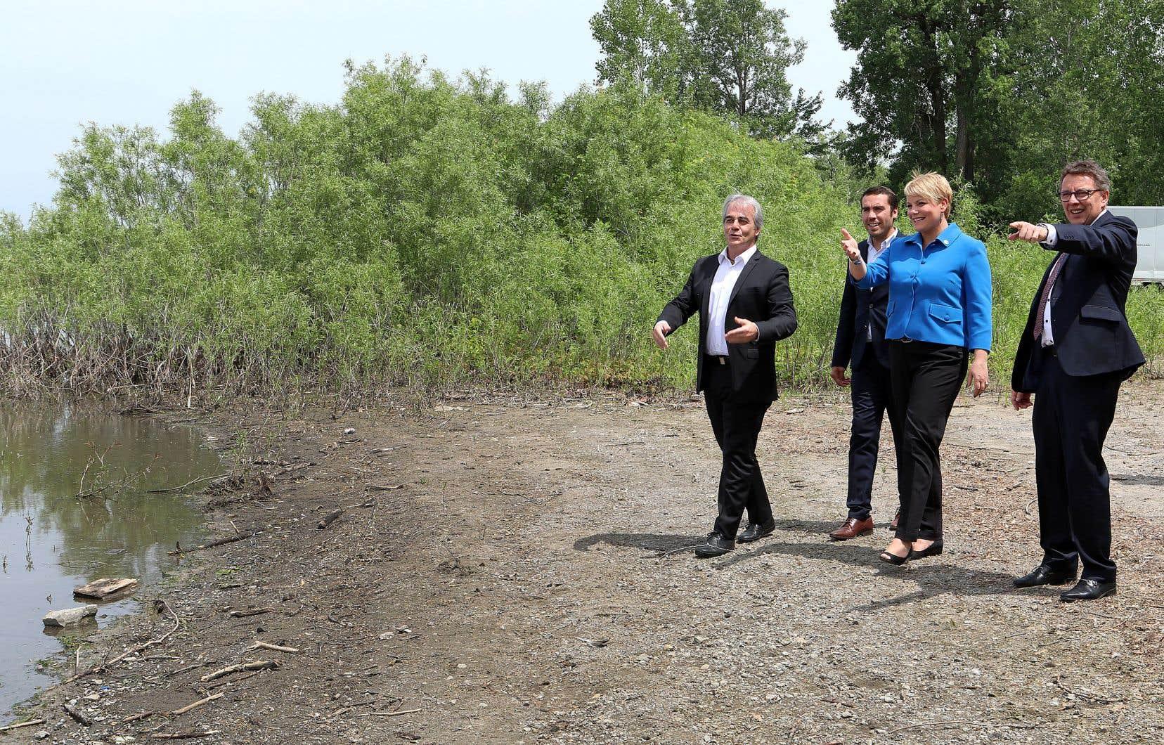 Entourée de l'explorateur Jean Lemire ainsi que des députés Jean Habel et Jean D'Amour, la ministre Isabelle Melançon a dévoilé mercredi la Stratégie québécoise de l'eau 2018-2030 et son plan d'action 2018-2023 sur les bords de la rivière des Mille-Îles à Sainte-Rose.