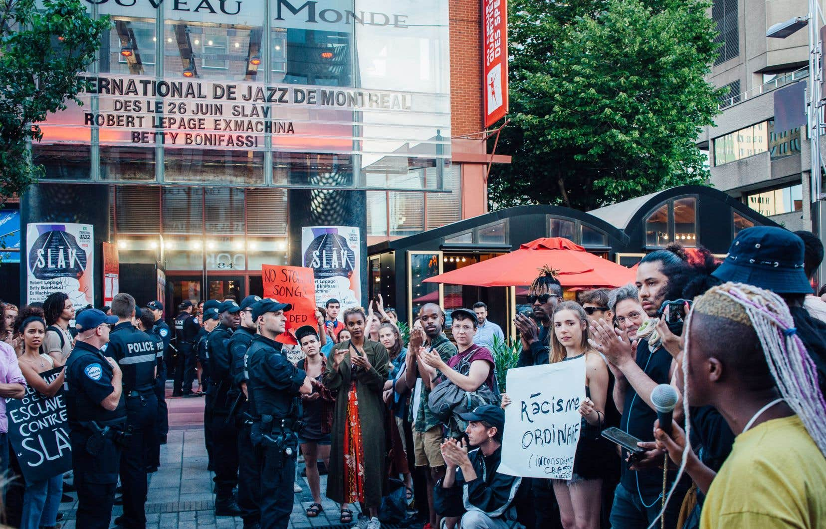 Plusieurs dizaines de manifestants ont demandé mardi à ce que la pièce controversée soit retirée de la programmation du Théâtre du Nouveau Monde.
