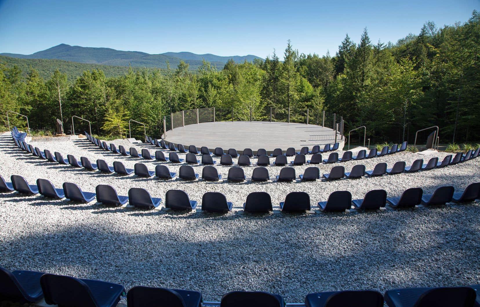 L'amphithéâtre moderne construit en plein cœur de la forêt de ce camping idyllique à Glen Sutton abrite quelque 180 sièges chauffants.