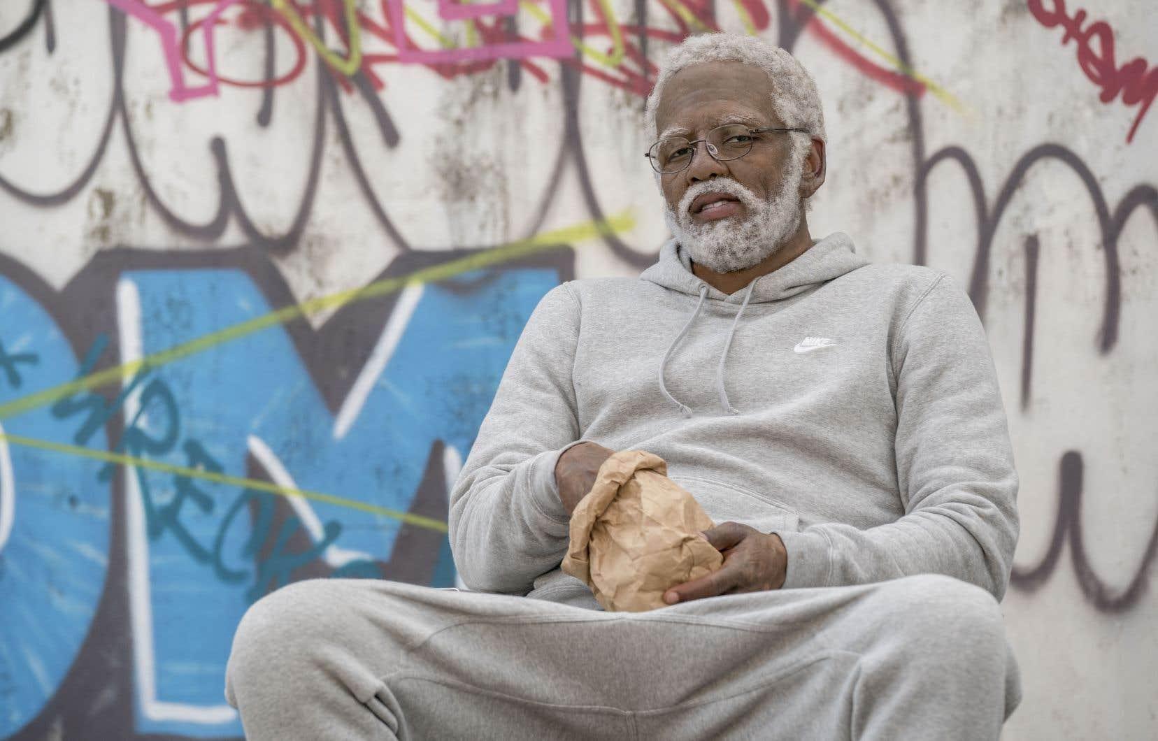 L'acteur Kyrie Irving incarne l'oncle Drew, une ancienne gloire du basket-ball que tous croient bon pour la chaise berçante.